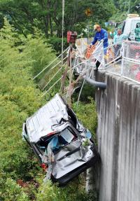 <ワゴン車ダム転落>数十メートル前で対向車線に