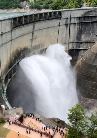 <黒部ダム>圧巻の水煙、感動…観光放水始まる
