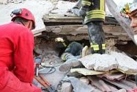 <イタリア地震>迫る「72時間」 死者250人以上に