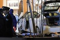 病院に突っ込んだ車両=福岡市博多区で2016年12月3日午後6時16分、和田大典撮影(一部画像を処理しています)
