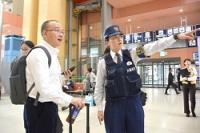 <警察庁>空港の交番も多言語化 東京五輪に向け試行錯誤