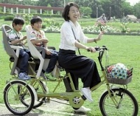 <自転車>5歳児2人OK 双子のママ、3人乗りを開発