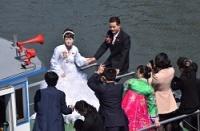 <中朝国境>記念日に北朝鮮の「ウエディング船」