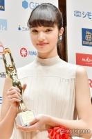 小松菜奈「夢のようでテンパってます」新人賞受賞で緊張のスピーチ