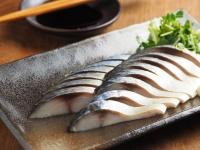 え、お茶っ葉で燻製? 噂の筋肉料理人の「しめ鯖の30秒燻製」が簡単ウマい!