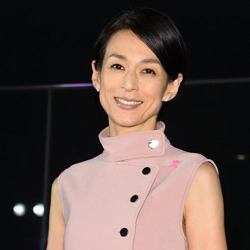 ピンクの服の鈴木保奈美