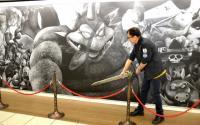 """『ドラクエ』、新宿駅の巨大黒板アートに「かいしんの一撃!」 堀井雄二氏が""""ロトのつるぎ""""で一掃"""