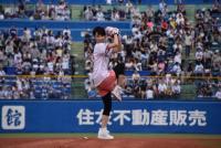 剛力彩芽、3度目の始球式も大暴投 つば九郎も辛口評価「50点!」