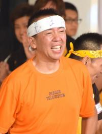 たい平「24時間マラソン」100.5キロ涙の完走 師匠・こん平と抱き合う