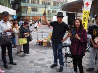 尾野真千子&佐藤浩市が街頭でフライヤー配り、有楽町駅前騒然