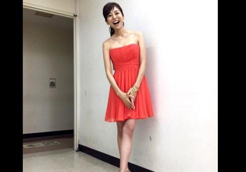 赤いドレスの白石美帆