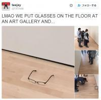 【イタズラ】美術館の床に「メガネ」を置いてみたところ…来場者たち全員がアート作品と勘違い!