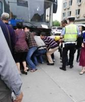 バスの下敷きになった母子を30人の市民が協力して救出!「美談」になるかと思いきや…―中国