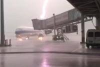 【動画】中国の旅客機に雷が直撃、衝撃的な雷光と爆音が辺りを包む―広東省