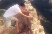 【動画】49歳男が「万里の長城」を破壊し決めポーズ、ネットで注目を集めるはずが…―中国