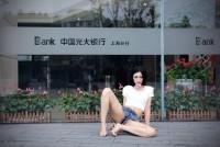 """中国の美女ネット有名人、銀行前で""""M字開脚""""の大胆撮影=銀行側は「利用された」と警察に通報―上海市"""