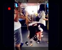 【動画】ミニスカ女性と男性に恥ずかしくて痛~いハプニング、中国ネットでは演出を疑う声も