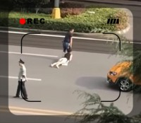 """【動画】とんでもない態勢の女性を引っ張り道路横断、周りの反応に""""中国式冷淡""""と批判殺到―中国"""