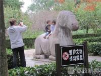 600年前の神像に子どもをまたがらせて記念写真、外国人がマナー違反=中国ネットからは擁護の声も