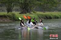 スケスケボートにミニスカ美女を乗せて撮影してみたら…―中国
