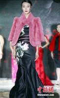 大胆なデザインも登場!四川でチャイナドレスのファッションショー開催―中国