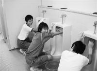 子供のころからトイレ掃除学ぶ日本人―中国紙