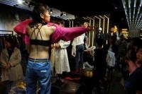 女性モデルが目の前で大胆着替え!衣料品市場の光景にビックリ―中国