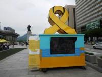 23日、韓国で約3年前に沈没した旅客船セウォル号の船体引き揚げ作業が進む中、何かを暗示するかのような不思議な形の雲が観測され、大きな話題となっている。写真は黄色いリボンをかたどったソウルの追悼モニュメント。(Record China)