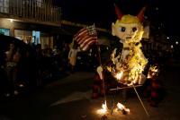 グアテマラの「悪魔燃やし」の日、トランプ氏の人形も焚火に