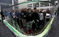 チェコで新記録、巨大シャボン膜が高校生275人と車1台を囲む
