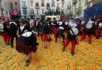 イタリア北部の町、オレンジ投げ合いカーニバル祝う