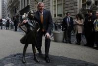 ウォール街の「恐れ知らずの少女」像、来年2月まで展示延長へ