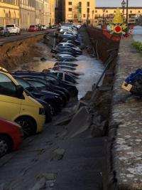 フィレンツェのベッキオ橋近くで道路陥没、車20台が落下