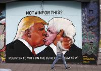 残留派がトランプ氏とロンドン前市長のキス壁画公開、英国民に「警告」