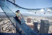 米LAに全面ガラス張りの滑り台完成、高度300メートル