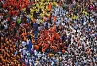 インドの祭で15mの人間ピラミッド、最高裁の高さ制限に抗議