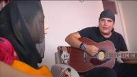 米ギタリストのコードラさん、アフガンで子供たちと演奏
