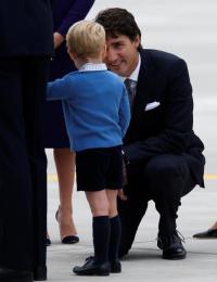 ジョージ英王子、カナダ首相を「冷遇」 ハイタッチ拒否