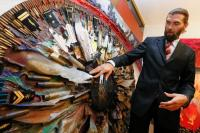 ウクライナの芸術家、弾丸や金属片で紛争の恐怖を作品化