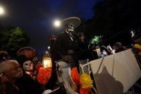 メキシコ、「死者の日」控え骸骨メイクで行進