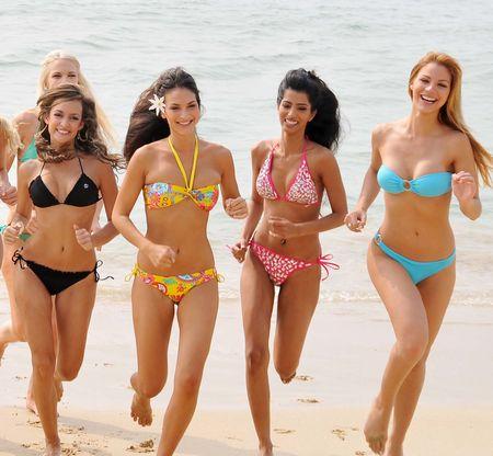 ビキニの美女が「はじけた!」…三亜ビーチのミス・ワールド出場者