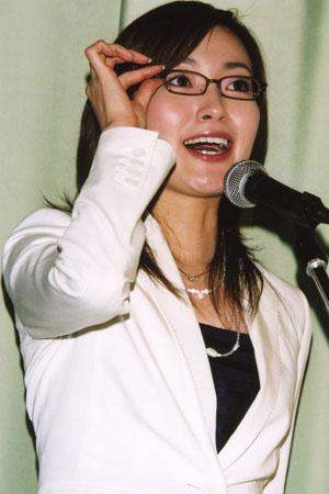 眼鏡をかけた大江麻理子