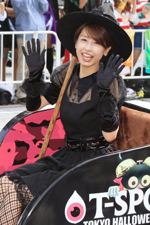 ハロウィンで魔女の姿になる加藤綾子