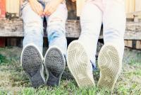 ひたすら耐えてる?底がすり減った靴を履き続ける人の傾向