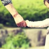 「保育園落ちた日本死ね」から1年…保育園に子どもを入れられた親たちのその後