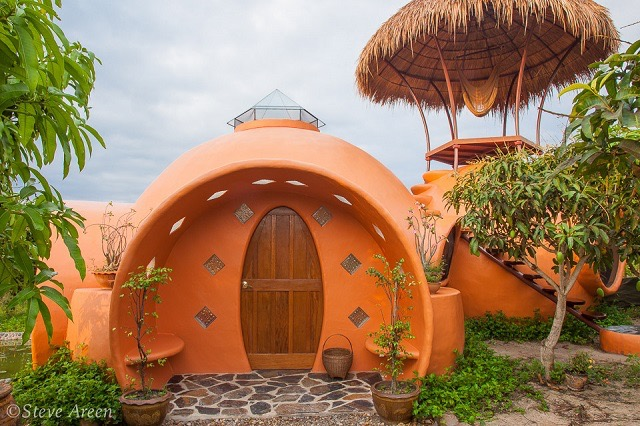 2011年、タイの北東部にあるマンゴー畑に可愛らしい建物が出現しました。