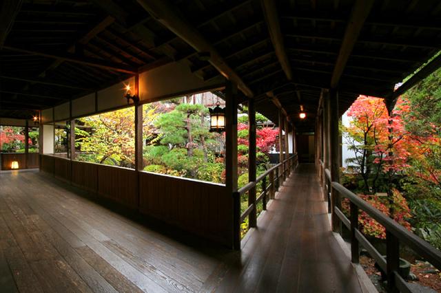 総面積6500坪の敷地内に点在する建物を結ぶ渡り廊下。庭を眺めながら通る、この廊下を見る為に訪れる価値ありと評価高し。