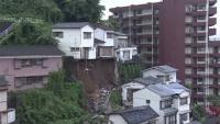 長崎の住宅密集地で土砂崩れ、住宅に土砂流れ込み1人救助
