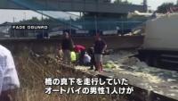 英、トラック積み荷が接触し道路の上に架かる橋崩落