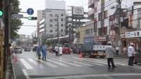 車2台にはねられ女性重体、赤信号で道路横断か